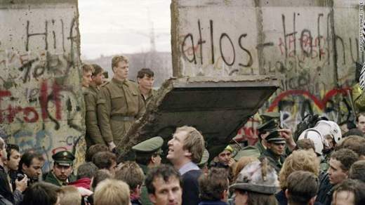 iconic-images-1980s-berlin-wall