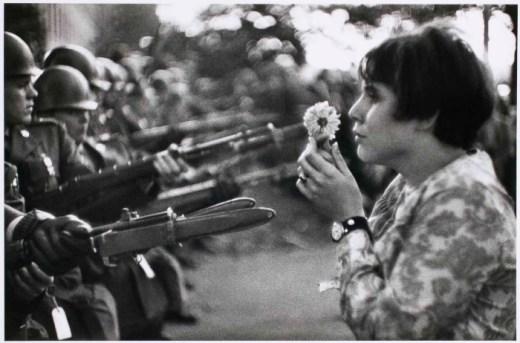 Jan Rose Kasmir entrega una rosa a soldado estadounidense en protesta contra la Guerra de Vietnam - Marc Riboud