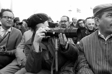 Che con camara fotografica el 2 de Enero de 1964 en la Plaza de la Revolucion, La Habana, Cuba