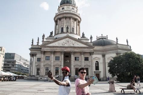 47 migranst selfie berlin